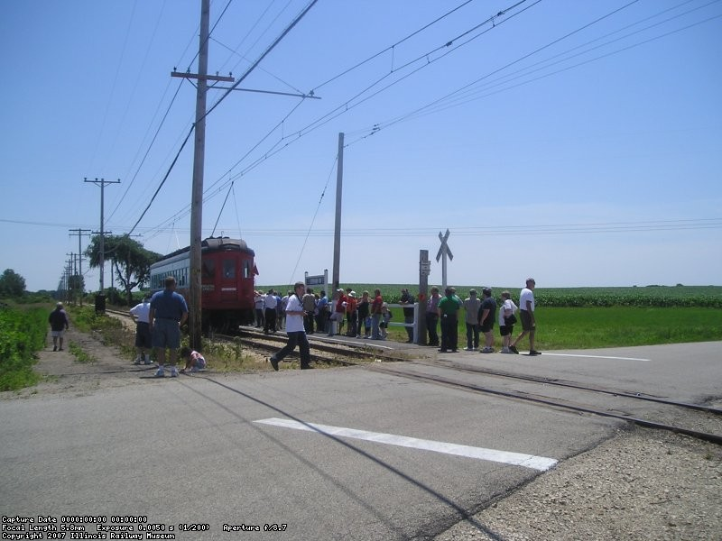 The crew of train 431 changes poles, having both poles up momentarily.