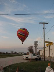 The baloon was going to land in the IRM parking area - Photo by Pauline Trabert
